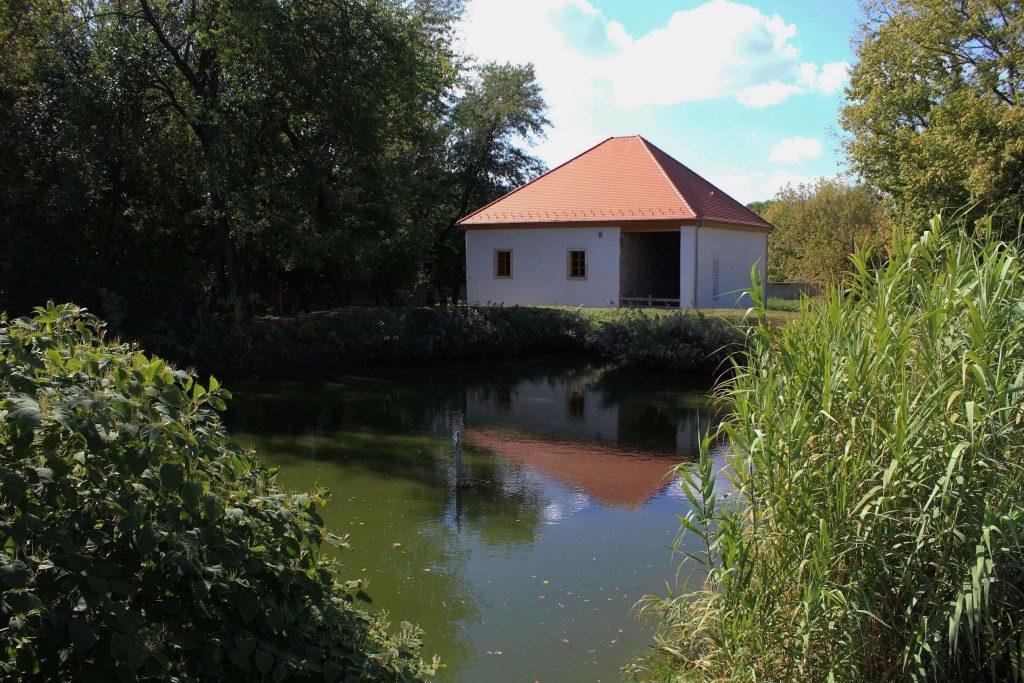 A Liva-malom és az előtte lévő halastó a Szilas-tó mellett.